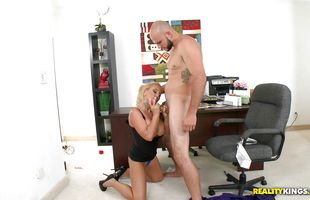 Worshipped blonde gal Charity Mclain decided to return a favor to fucker so she spread her legs for him