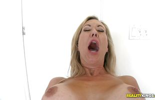 Sexual mature babe Brandi Love ising her mouth wide for the thick meat bazooka